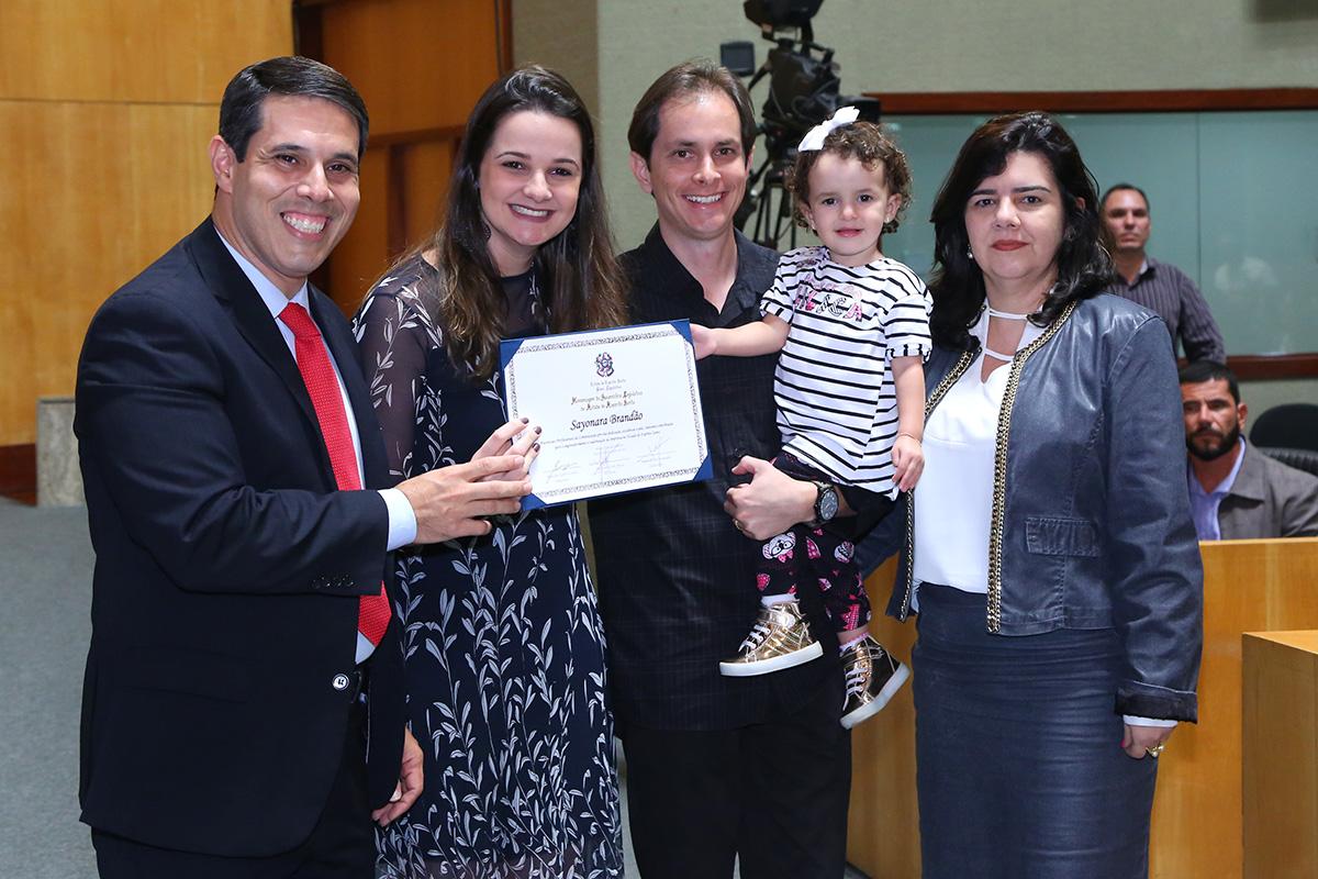 Amaro Neto entrega placa à jornalista Sayonara Brandão