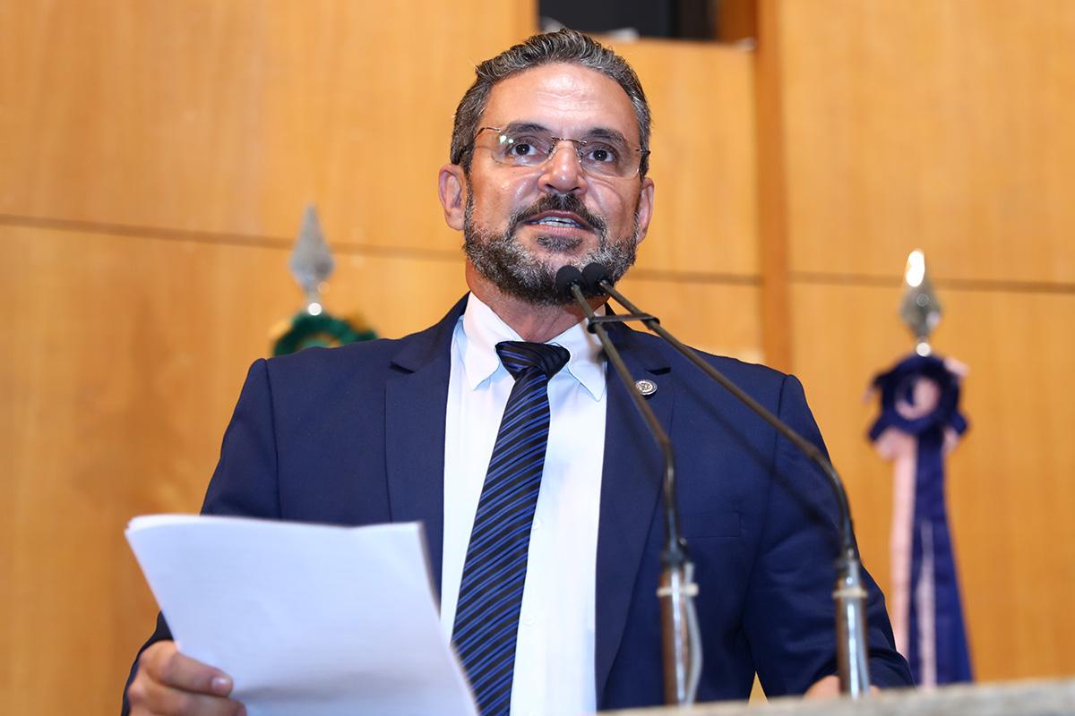 Deputado Torino Marques discursa da tribuna do Plenário durante sessão