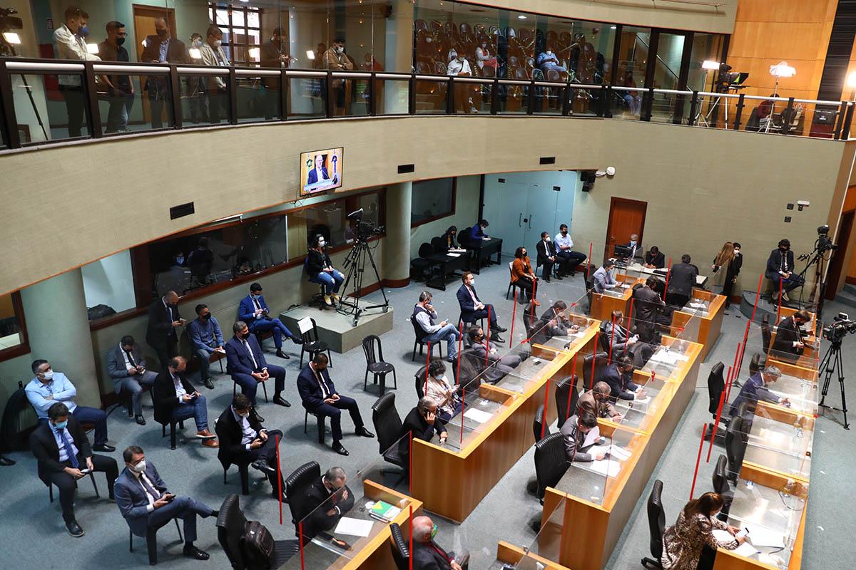 Imagem aberta mostra pessoas sentadas em cadeiras no Plenário Dirceu Cardoso